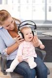 Behandla som ett barn flickan med hörlurar Arkivbild