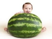 Behandla som ett barn flickan med le för vattenmelon Royaltyfri Fotografi