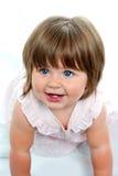 Behandla som ett barn flickan med mjölkar tänder som kryper på jordningen royaltyfria bilder