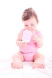 Behandla som ett barn flickan med rosa färger behandla som ett barn flaskan Arkivfoton