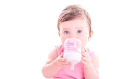 Behandla som ett barn flickan med rosa färger behandla som ett barn flaskan Royaltyfri Fotografi