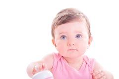 Behandla som ett barn flickan med rosa färger behandla som ett barn flaskan Royaltyfri Foto