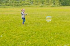 Behandla som ett barn flickan med sådana stora runda bubblor på gatan Royaltyfri Bild