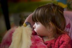 Behandla som ett barn flickan med sammanträde för blont hår på gunga fotografering för bildbyråer