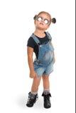 Behandla som ett barn flickan med solglasögon som poserar i studio isolerat Royaltyfri Bild