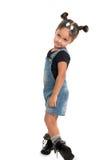 Behandla som ett barn flickan med solglasögon som poserar i studio isolerat Royaltyfri Foto