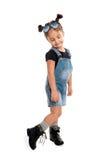 Behandla som ett barn flickan med solglasögon som poserar i studio isolerat Royaltyfri Fotografi