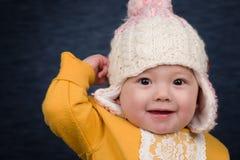 Behandla som ett barn flickan med vinterhatten Arkivbilder