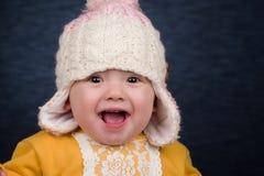 Behandla som ett barn flickan med vinterhatten Arkivbild
