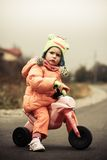 Behandla som ett barn flickan och den första cykeln Fotografering för Bildbyråer