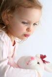 Behandla som ett barn flickan och den rosa kaninen royaltyfri bild