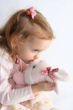 Behandla som ett barn flickan och den rosa kaninen Royaltyfria Foton