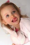 Behandla som ett barn flickan och den rosa kaninen Royaltyfria Bilder