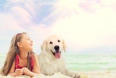 Behandla som ett barn flickan och golden retrieverhunden arkivbild