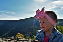 Behandla som ett barn flickan på bergöverkant Royaltyfria Bilder
