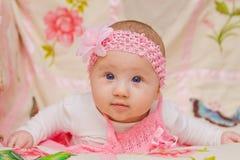 Behandla som ett barn flickan på blommafilten Royaltyfri Bild
