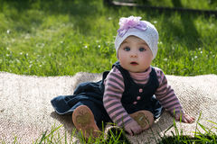 Behandla som ett barn flickan på naturen i den utomhus- parkera Royaltyfria Bilder