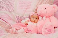 Behandla som ett barn flickan på rosa färgfilten Arkivbild