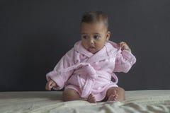 Behandla som ett barn flickan på säng i badrock royaltyfri fotografi