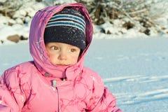 Behandla som ett barn flickan på snön Arkivfoton