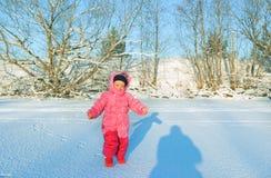 Behandla som ett barn flickan på snön Royaltyfri Fotografi