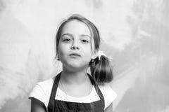 Behandla som ett barn flickan som poserar med munnen som är full av mat Royaltyfri Fotografi