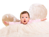 Behandla som ett barn flickan som ängeln med fjädervit påskyndar Royaltyfri Foto