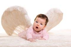 Behandla som ett barn flickan som ängeln med fjädervit påskyndar Royaltyfri Fotografi