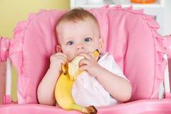 Behandla som ett barn flickan som äter en banan Royaltyfria Foton
