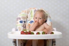 Behandla som ett barn flickan som äter jordgubbar Royaltyfria Foton