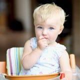 Behandla som ett barn flickan som äter tomater Royaltyfri Fotografi