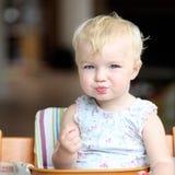 Behandla som ett barn flickan som äter tomater Royaltyfri Foto