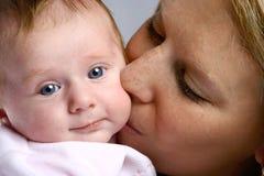 behandla som ett barn flickan som ömt kyssas Royaltyfri Bild