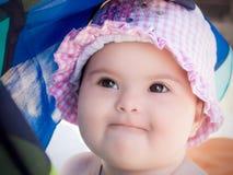 Behandla som ett barn flickan som bär en rosa hatt Arkivfoton