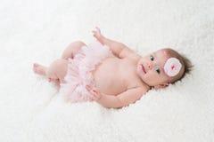 Behandla som ett barn flickan som bär rosa mamelucker Arkivfoto