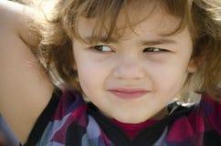Behandla som ett barn flickan som bort ser Royaltyfri Foto