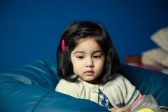 Behandla som ett barn flickan som bort ser Arkivfoto