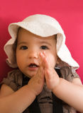 Behandla som ett barn flickan som claping Fotografering för Bildbyråer