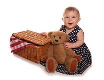 Behandla som ett barn flickan som har en picknick för nallebjörnar Royaltyfri Fotografi
