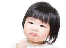 Behandla som ett barn flickan som känner sig olycklig Arkivfoto