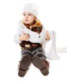 Behandla som ett barn flickan som kläs för vinter Arkivfoton