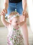 behandla som ett barn flickan som lärer att gå Royaltyfri Foto