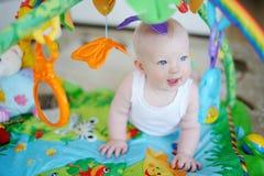 Behandla som ett barn flickan som leker med mjuka toys Royaltyfri Foto
