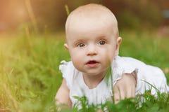 Behandla som ett barn flickan som ligger på gräs Royaltyfria Foton