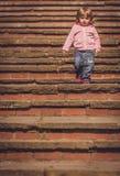 Behandla som ett barn flickan som ner går Fotografering för Bildbyråer