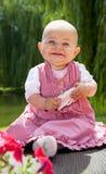 behandla som ett barn flickan som sött ler Arkivfoto