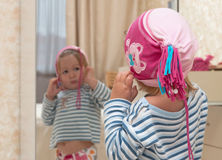 behandla som ett barn flickan som ser spegeln Fotografering för Bildbyråer