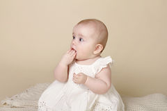 Behandla som ett barn flickan som sitter upp att få tänder Arkivfoton