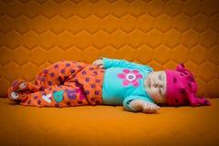 Behandla som ett barn flickan som sover på en soffa Arkivfoton
