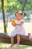 Behandla som ett barn flickan som spelar bubblavapen 2 Royaltyfri Foto